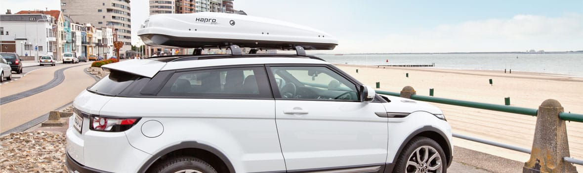 Range Rover mit Dachbox am Strand